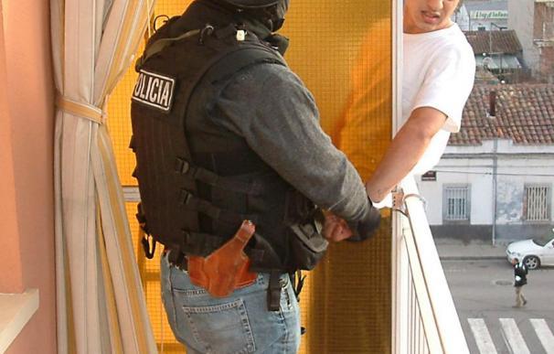 Detienen a la prima de uno de los presos fugados de Sevilla por cobijarlos en su casa