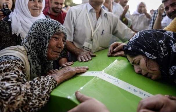 Doloroso y multitudinario adiós a las víctimas del atentado suicida en Turquía