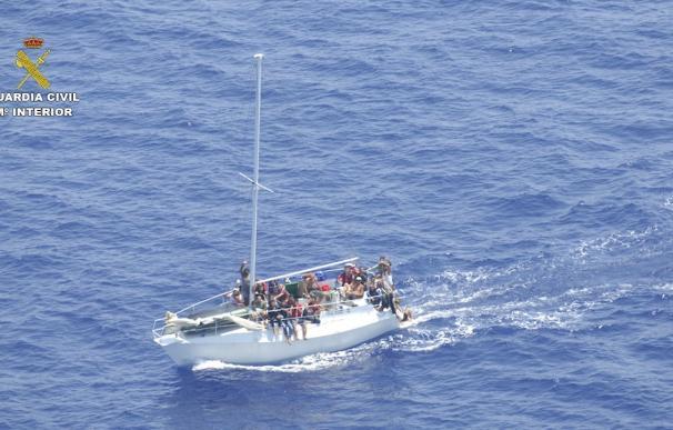 La Guardia Civil rescata a 58 inmigrantes en aguas italianas y detiene a tres traficantes de seres humanos