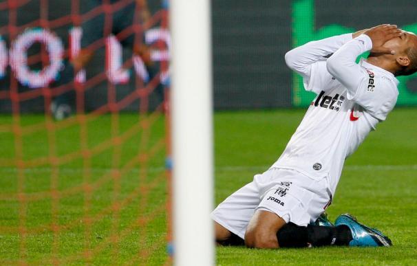 El delantero del Sevilla Luis Fabiano se trata de su lesión en Brasil
