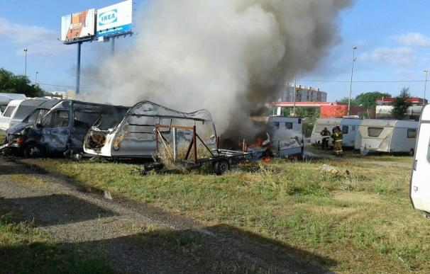 Arden varias caravanas y una furgoneta estacionadas en un recinto de la capital sin causar heridos