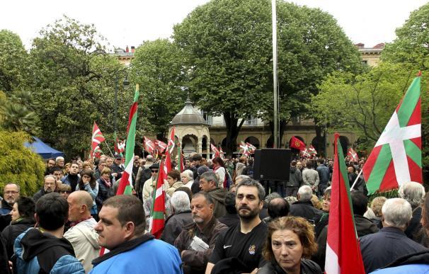El desvanecimiento de Garitano marca el acto de homenaje a la ikurriña