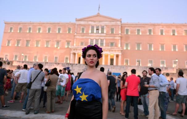 Una manifestante a favor del 'sí' en el referéndum griego, frente al Parlamento de Grecia