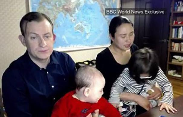 El profesor de la BBC que se hizo viral presenta a su familia en una segunda entrevista