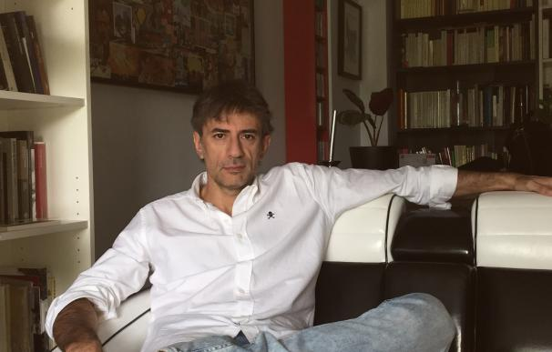 """Juan Tallón reúne sus textos en 'Mientras haya bares': """"La política es lo primero que se pudre en una columna"""""""