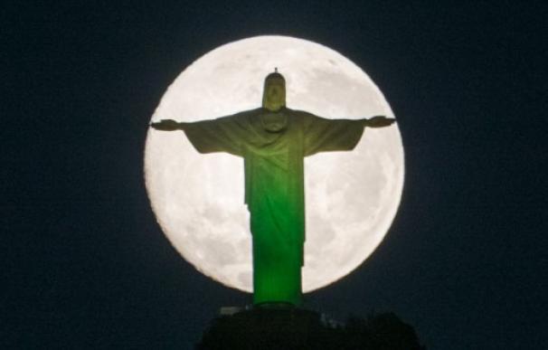 La luna sobre Río de Janeiro
