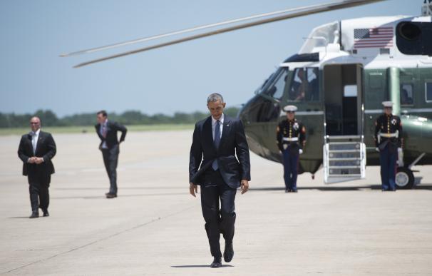 El presidente estadounidense, Barack Obama sale del avión Marine One