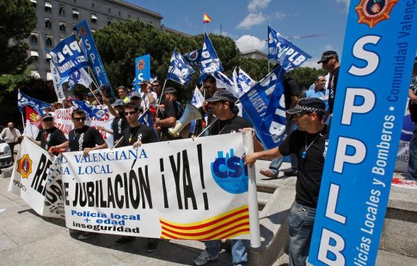 Un millar de policías locales piden la dimisión de Zapatero por los recortes