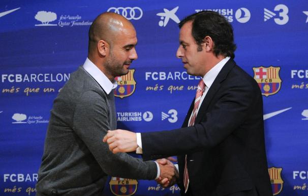 Guardiola, despidiéndose del presidente del Barcelona Sandro Rosell