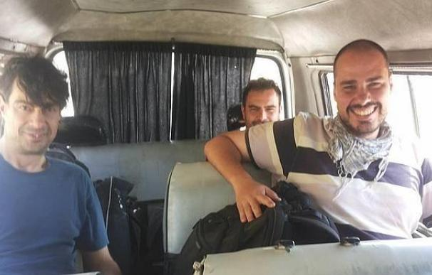 Los periodistas José Manuel López, Ángel Sastre y Antonio Pampliega, en Siria.