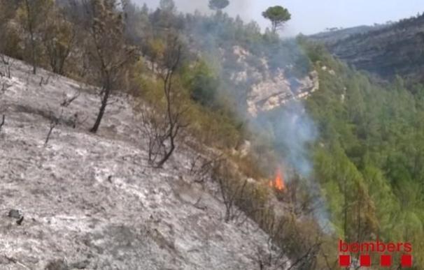 Los bomberos siguen remojando la zona del incendio de Òdena (Barcelona)