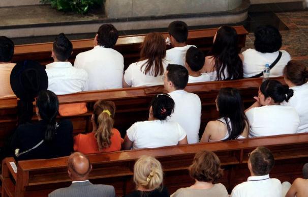 Medio millar de personas asisten al funeral por las víctimas de Castelldefels