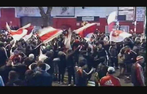 Cientos de aficionados de River Plate protestan frente al Monumental de Buenos Aires