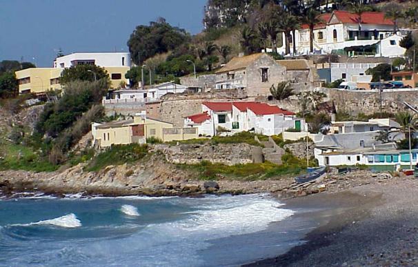 Unas obras en una playa causan la caída del muro de una vivienda en Ceuta