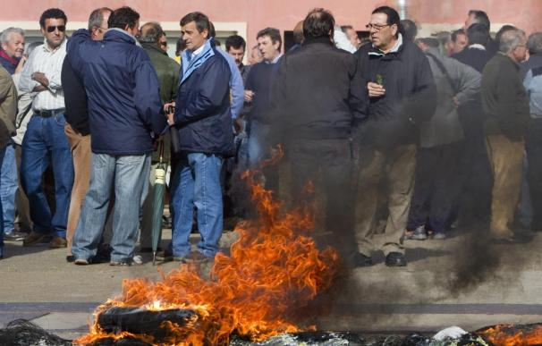 Los trabajadores de Astilleros colapsan la entrada a Huelva en una nueva movilización
