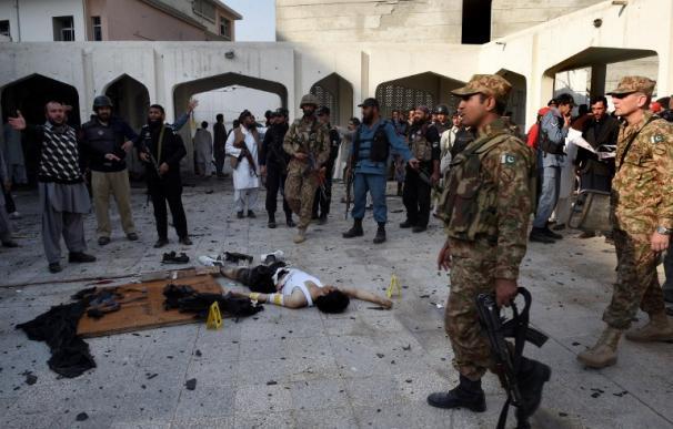 Los talibanes matan 19 personas y hieren a más de 50 en una mezquita en Pakistán