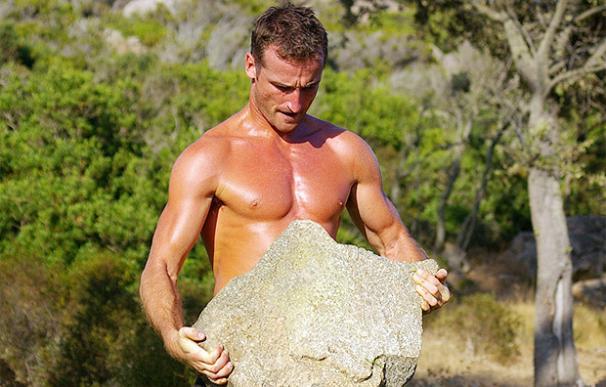 Erwan Le Corre coge una piedra pesada - Foto: MovNat