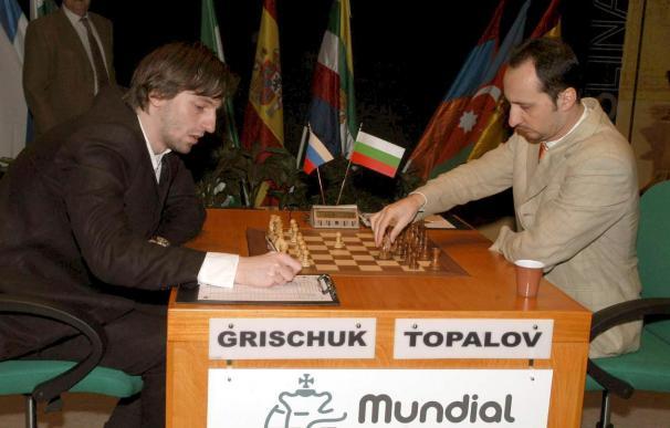 El ruso Grischuk ganó a Topalov y comparte liderato con éste