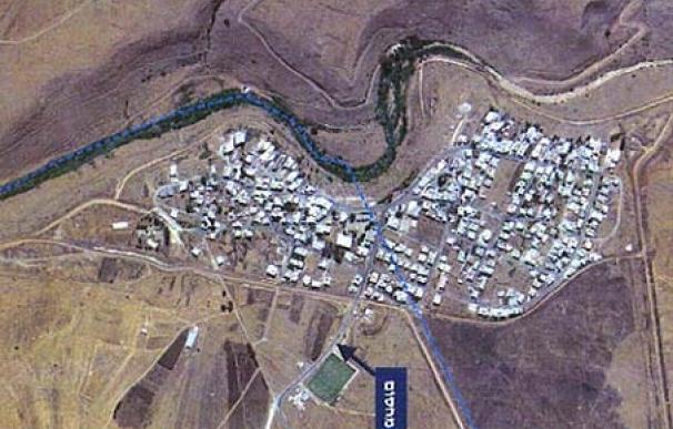 Ghajar, dividido en dos por la ONU (línea azul) y con un punto de control de entrada y salida (flecha en hebreo). Foto aérea tomada en 2004 y cedida por el Ejército israelí.