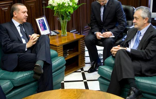 Griñán obsequia a Erdogan con una reproducción del cervatillo de Medina Azahara