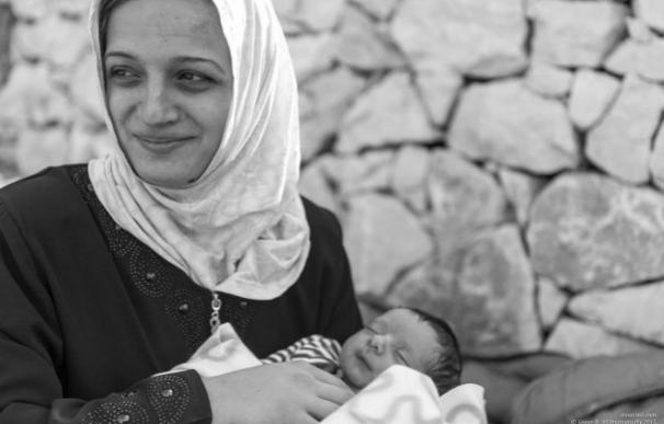 La voluntaria Shaan Bear Reza Ali publica en su cuenta de Facebook la foto del bebé sirio que nació huyendo de la guerra siria y de su madre