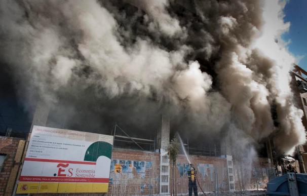 Un centenar de desalojados y 66 atendidos en un incendio de un edificio en Cádiz