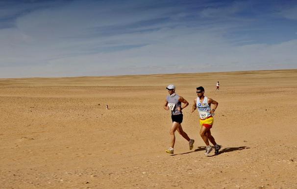 Iván Helguera desata la pasión futbolística en la arena del desierto del Sáhara
