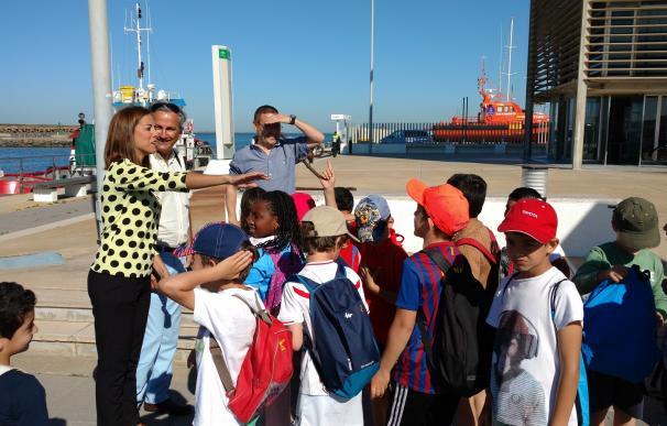 Unos 300 escolares conocen las actividades medioambientales del puerto deportivo de Mazagón