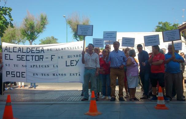 Protesta de afectados del Sector F de Almensilla ante Diputación para reclamar que dimita la alcaldesa