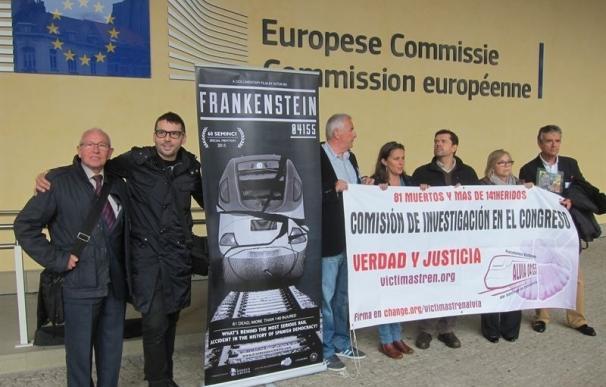 Las víctimas del Alvia entregarán este martes 267.000 firmas a la Comisión Europea para que haga público su informe