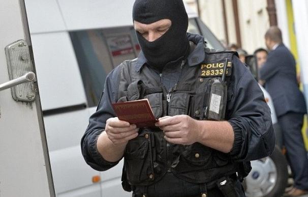 Un pista checa lleva a desmantelar una mafia de falsificación masiva de documentos para migrantes