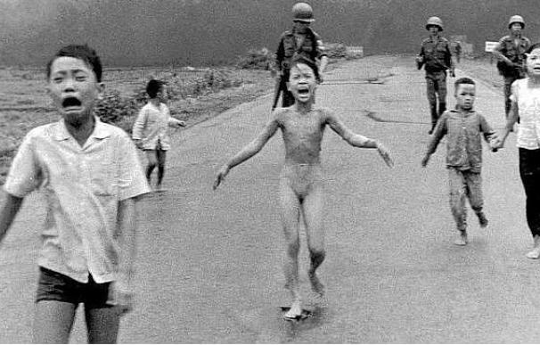 Kim Phuc huye de un bombardeo con napalm en 1972