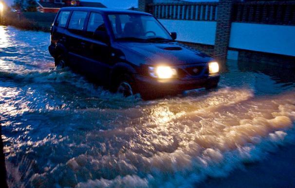 Varias carreteras e inmuebles inundados y suspendidos los actos del carnaval