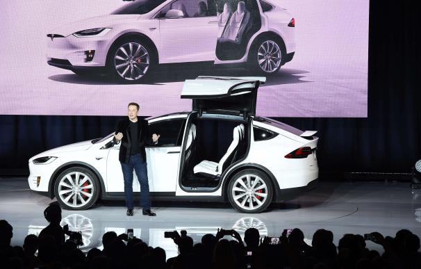 El Tesla Model X es uno de los primeros coches del planeta que se conduce solo. (AFP)