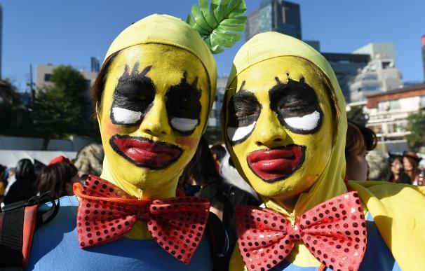 "Contestants pose prior to the ""Roppongi Halloween"""