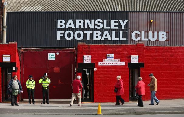 Un aficionado del Barnsley es rescatado por los bomberos del estadio tras quedarse dormido / Getty Images