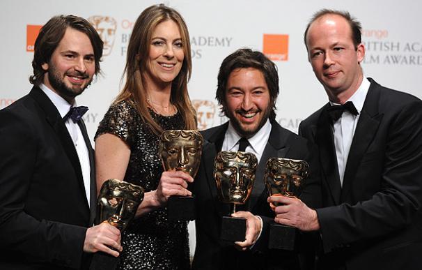 El escritor Mark Boal (izquierda), la directora Kathryn Bigelow, y los productores Nicolas Chartier, y Greg Shapiro, posan con el premio a mejor película 'En tierra hostil'