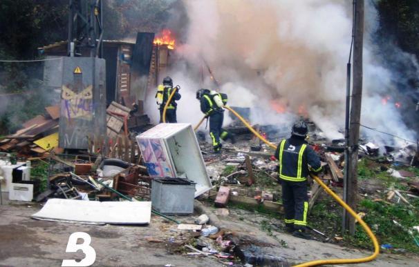 Extinguido el incendio declarado en una nave de embutidos en Nava