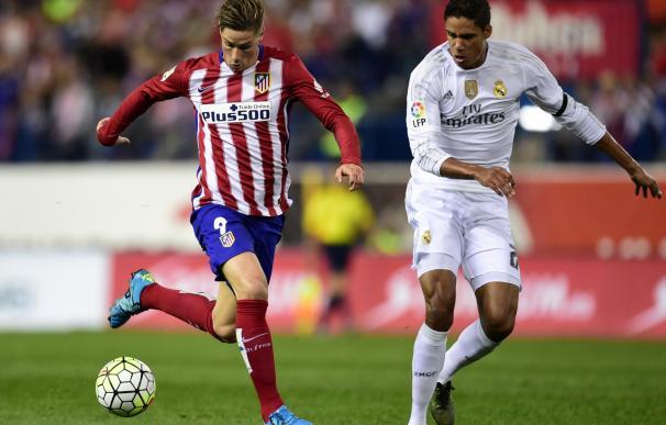 Atletico Madrid's forward Fernando Torres (L) vies
