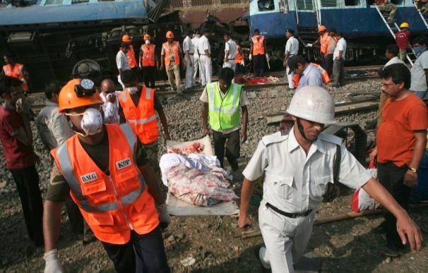 Ascienden a 95 los muertos por el tren siniestrado en India, mientras continúan las labores de rescate