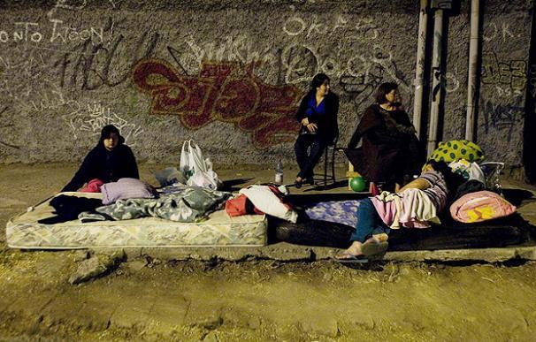 Varias personas duermen en la calle tras el terremoto - EFE