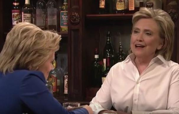 Hillary Clinton imita a Donald Trump en el show 'Saturday Night Live'