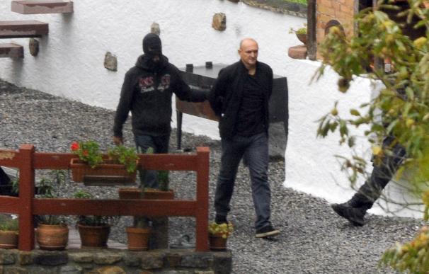 La Policía francesa, durante el arresto de Sagarzazu el 22 de septiembre. Foto: AFP