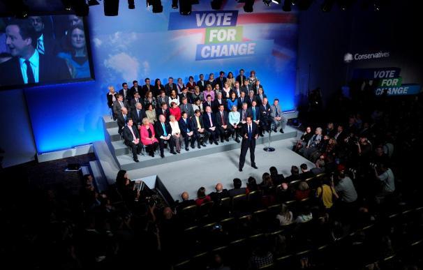 """El líder conservador británico admite que las elecciones serán """"reñidas"""""""