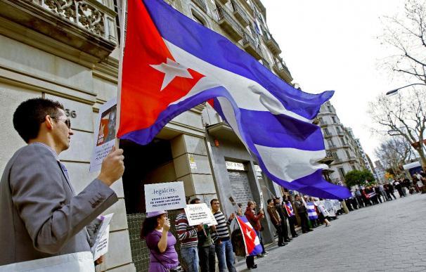 Un centenar de cubanos protestan ante el consulado de Cuba por la muerte de Zapata