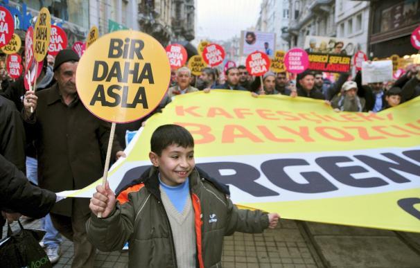 Manifestaciones contra el golpismo en Turquía en el aniversario de la asonada de 1997