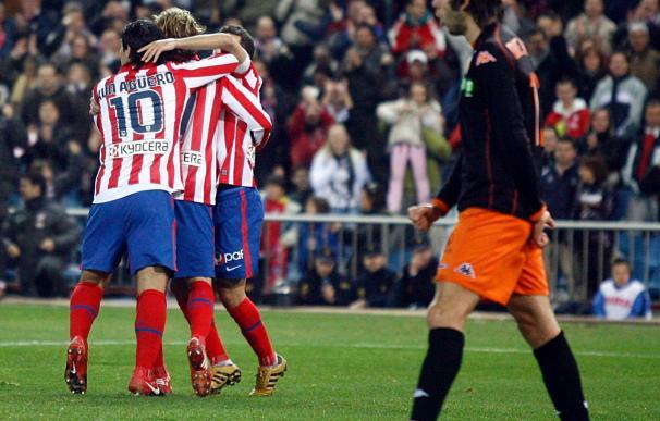 4-1. El Atlético aprovechó la expulsión de Marchena para soñar con Europa