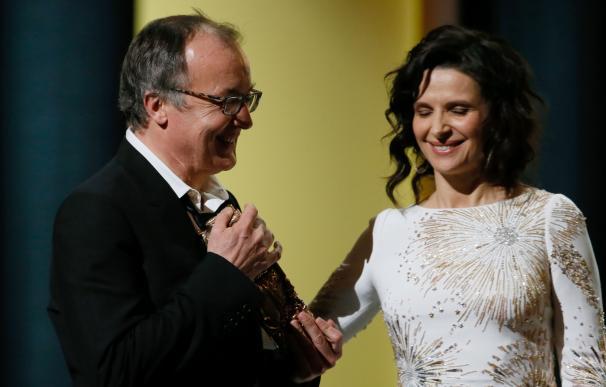 Phillipe Faucon recibe el premio a mejor película para 'Fátima' en la 41 gala de los premios César.