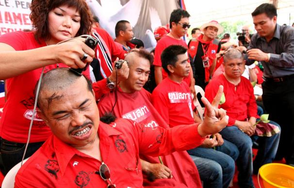 "Miles de ""camisas rojas"" marchan por Bangkok para exigir comicios anticipados"