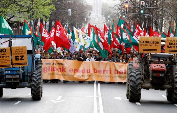 Miles de personas marchan junto a los sindicatos vascos contra las reformas